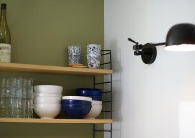 Décoration de cuisine au Rouret par Maison Modèle, Home stager Expert et Décoratrice UFDI à Antibes 06 : Etagère et luminaire cuisine