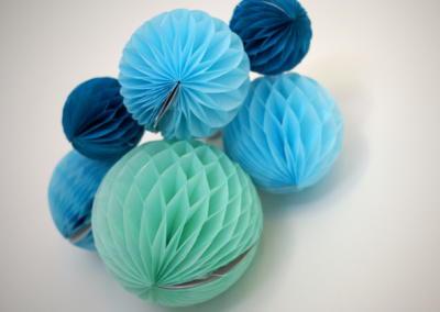 Décoration chambre de bébé à Vence par Maison Modèle, Home stager Expert et Décoratrice UFDI à Antibes 06 : boules de fêtes bleues et vertes