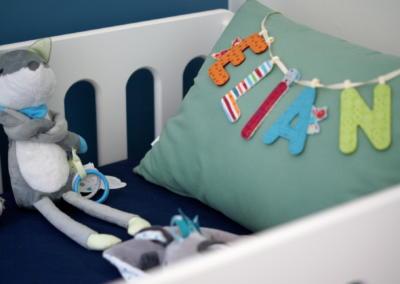 Décoration chambre de bébé à Vence par Maison Modèle, Home stager Expert et Décoratrice UFDI à Antibes 06 : coussins et doudous dans le lit