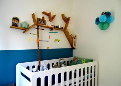 Décoration chambre de bébé à Vence par Maison Modèle, Home stager Expert et Décoratrice UFDI à Antibes 06 : détail du lit et étagère arbre