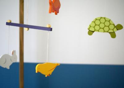 Décoration chambre de bébé à Vence par Maison Modèle, Home stager Expert et Décoratrice UFDI à Antibes 06 : détail mobile bébé