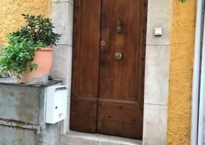 Home Staging Maison Vide Biot - Porte d'entrée dans une petite rue du village, par Maison Modèle, Home Stager & Décoratrice UFDI à Antibes 06