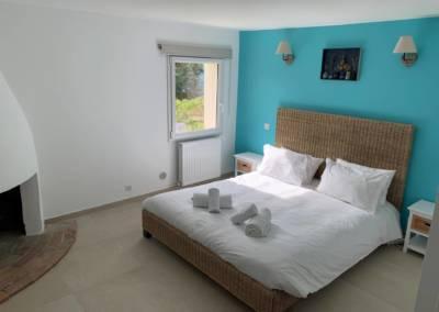 Aménagement d'un sous-sol de maison – Tanneron (Var) Chambre Azur, par Sylvie Aldebert, Décoratrice UFDI à Antibes 06 - Bleu et Rotin
