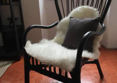 Home Staging Bien Vide La Colle sur Loup (06) Séjour meublé et décoré, par Maison Modèle, Home Stager & Décoratrice UFDI à Antibes 06 - Fauteuil rotin noir et peau de mouton