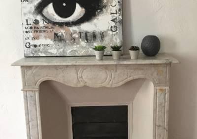 Home Staging Bien Vide La Colle sur Loup (06) Séjour meublé et décoré, par Maison Modèle, Home Stager & Décoratrice UFDI à Antibes 06 - une belle cheminée en marbre mise en valeur